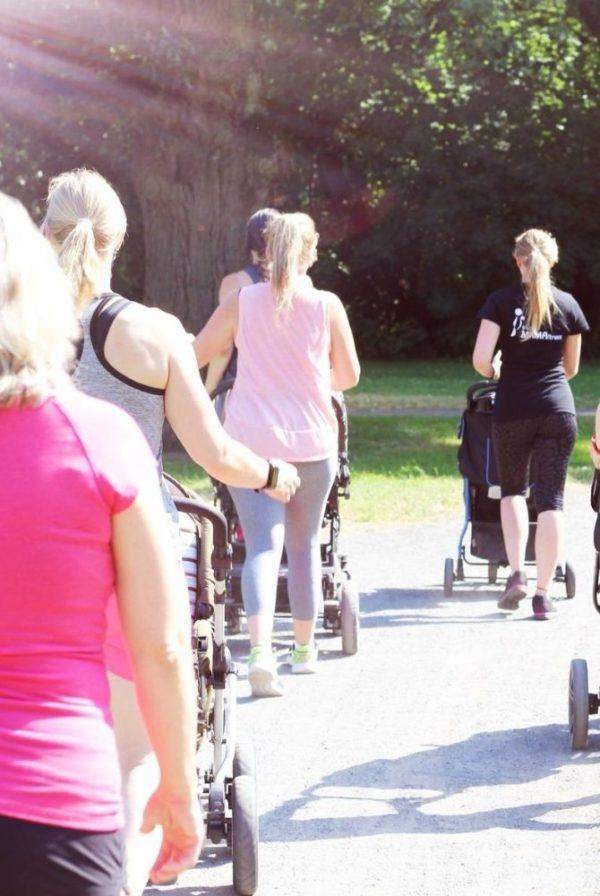 Frauen machen Sport mit dem Kinderwagen