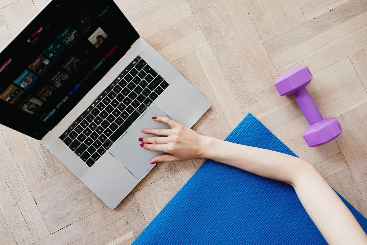 Frau am trainieren via Laptop
